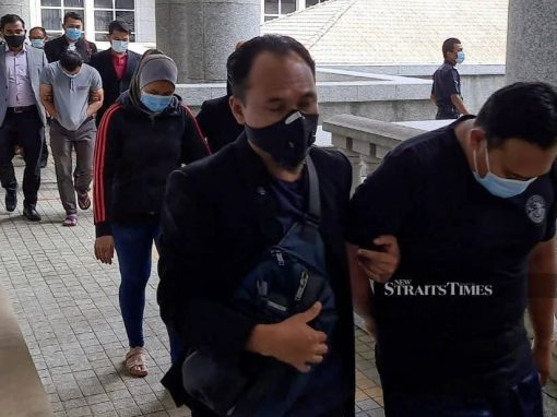 حبس ثلاثة من ضباط الهجرة بتهمة الرشوة