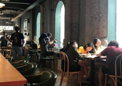 لمحبي التراث اليكم مقهى يحاكي الطراز القديم (20)