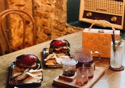لمحبي التراث اليكم مقهى يحاكي الطراز القديم (37)