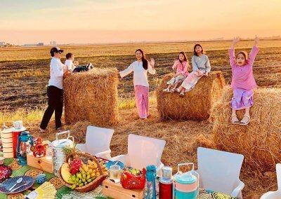 يوم مع العائلة لتناول الطعام وقت الغروب (3)