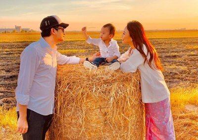 يوم مع العائلة لتناول الطعام وقت الغروب (4)