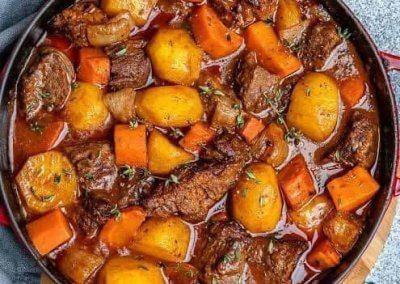 طاجن اللحم بالجزر والطماطم:- المطبخ التركى المكونات: - ½ كيلو لحم ضأن أو بقرىِ، مُقطع إلى مُكعبات صغيرة. - 3 حبات جزر متوسطة الحجم، مُقطعة إلى شرائح. - 2 حبه بطاطس مقطعه مكعبات - 2 حبة طماطم (بندورة) مَبشورة. - 2 حبة فلفل أخضر حار، مَنزوعة البذور ومُقطعة إلى شرائح. - 1 بصلة متوسطة الحجم مَفرية. - 1 فص ثوم كبير الحجم مَفرىِ ناعماً. - 3 ملاعق كبيرة سمن أو زبد. - ½ كوب ماء مَغلىِ. - 1 ½ ملعقة صغيرة ملح. - 1 ملعقة صغيرة فلفل أسود. - 1 ملعقة صغيرة بهار لحم (7 بهارات). - ½ ملعقة صغيرة قرفة (دارسين) مطحونة. - ¼ ملعقة صغيرة بَشر جوزة الطيب. الطريقة: 1- يُسخن الفرن على حرارة متوسطة. 2- يُذاب السمن فى مقلاة كبيرة الحجم على نار أعلىَّ من المتوسط، ويضاف إليه مُكعبات اللحم وتُقلب به لمدة 4 دقائق أو حتى يَتغير لونها من كل الجهات. 3- يضاف البصل المَفرىِ والفلفل الأسود والبهار إلى اللحم، ويُقلب الخليط على النار لمدة 4 دقائق أو حتى يَلين البصل. 4- تضاف الطماطم والثوم المَفرىِ إلى خليط اللحم، ويُقلب على النار لمدة دقيقتين أو حتى تَصبح الصلصة سميكة قليلاً. 5- تضاف شرائح الجزر و البطاطس والقرفة إلى خليط اللحم، ويُقلب على النار لمدة 3 دقائق أو حتى يَلين الجزر قليلاً. 6- يُرفع الخليط من على النار، ويُسكب فى طاجن أو صينية فرن، ويضاف إليه شرائح الفلفل الحار والملح وجوزة الطيب والماء المَغلىِ، ويُقلب جيداً. 7- يُغطىَّ الطاجن بورق الفويل، ويُوضع على الرَّف الأول من أسفل الفرن، ويُترك لمدة 20 دقيقة أو حتى يَنضج اللحم جيداً. 8- يُرفع ورق الفويل عن الطاجن، ويُترك فى الفرن لمد 5 دقائق أخرىَّ، ثم يُقدم مع الأرز والسلطات.