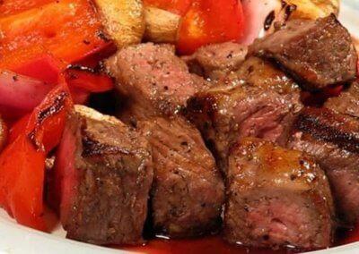 مكعبات اللحم المتبل :- المقادير * 750 غ من موزات لحم البقر قليل الدهن٬ أو لحم الكتف الهبر المقطع إلى مكعبات كبيرة * 2 حبات متوسطة الحجم أو 300 غ من البصل٬ مقطعتان إلى شرائح رفيعة * 3 فصوص من الثوم٬ مقطّعة إلى شرائح * 1½ ملعقة صغيرة من مسحوق الزنجبيل المجفف * 1½ ملعقة صغيرة من الكزبرة المطحونة * 1½ ملعقة صغيرة من الكمون المطحون * 1 من عود القرفة * رشة من خيوط الزعفران * 3 أكواب أو 750 مل من الماء * 2 مكعبات من مرقة الدجاج ماجي ملح أقل * 350 غ من اليقطين٬ المقشّر والمقطع إلى مكعبات كبيرة * 2 حبات متوسطة الحجم أو 500 غ من السفرجل٬ المقشر والمقطع إلى شرائح سميكة * 1 حبة صغيرة الحجم من الحامض٬ مع حفظ العصير وبشر القشر طريقة التحضير: * توضع مكعبات اللحم في مقلاة كبيرة وتُضاف إليها شرائح البصل والثوم مع التوابل وعود القرفة والزعفران والماء ومكعّبي مرقة الدجاج ماجي ملح أقلّ. * تُغلى المكوّنات ثم تُغطى وتُترك على نار هادئة لمدّة ساعة ونصف أو حتّى يصبح اللحم شبه ناضج. * تُضاف مكعبات اليقطين مع شرائح السفرجل وعصير وقشر الليمون الحامض المبشور. * يُغطّى المزيج ويُترك على نار هادئة لمدّة 15 دقيقة إضافية أو حتّى تنضج الخضار مع اللحم