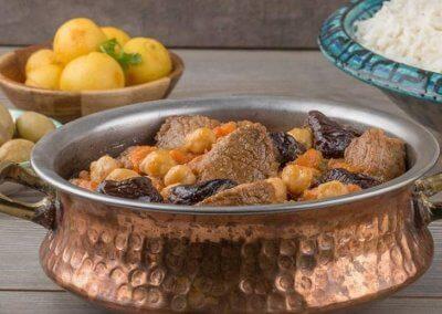 يخنة اللحم بالحمص :- المقادير - لحم البقر : 1 كيلو (مُقطَّع لمكعبات) - الزيت النباتي : 3 ملاعق كبيرة - البصل : 1 حبة (كبير الحجم / مفروم) - الجزر : 1 حبة (كبير الحجم / مُقطَّع إلى مُكعَّبات صغيرة) - الكرفس : عود (مُقطَّع إلى قطع صغيرة) - الثوم : فصّان (مهروس) - دقيق : ملعقة صغيرة - القرفة : عود - زعتر مجفف : عود - ورق غار : 2 ورقة - الكركم : نصف ملعقة صغيرة - صلصة طماطم : 2 ملعقة كبيرة - مرق اللحم : 4 اكواب - حمص : نصف كوب (مسلوق) - قراصيا : ربع كوب (البرقوق، الخوخ المُجفَّفة، منقوعة في كوب من الماء) - ملح : حسب الرغبة - فلفل أسود : حسب الرغبة طريقة التحضير: 1. يُسخَّن الزيت في قدر على النار، ثمَّ يُضاف اللحم إليها، ويقلَّب حتَّى يتغيَّر لونه. ويُضاف إلى القدر مع اللحم بعدها، البصل والجزر والكرفس، مع التقليب. يوضع الثوم، مع الاستمرار في التقليب. 2. يُضاف الدقيق مع الاستمرار في التقليب، فعود القرفة والزعتر وورقتا الغار والكركم والصلصة، مع التقليب جيِّدًا. 3. يُغمر خليط اللحم والخضراوات بالمرق الساخن. ويُدع الخليط على نار هادئة، لساعة. ثمَّ، يُضاف الحمُّص وخليط القراصيا بالماء، ويُنثر الملح والفلفل حسب الرغبة. تُغطَّى القدر، التي تبقى على النار لربع ساعة. وتُقدَّم اليخنة، مع الأرز الأبيض.