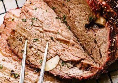عرق الروستو :- المطبخ الفرنسى مكونات تتبيل اللحم: - 1 عرق لحم بقرى بحجم 1 ½ كيلو. - 2 ملعقة كبيرة مسطردة (خردل). - 1 ملعقة كبيرة أوراق زعتر طازج مفرية. - 1 ملعقة كبيرة أوراق روز مارى (إكليل الجبل) مفرية. - 2 ملعقة كبيرة أوراق بقدونس (معدنوس) مفرى ناعماً. - 1 ملعقة كبيرة زيت زيتون. - 2 ملعقة صغيرة ملح. - 1 ملعقة صغيرة فلفل أسود. مكونات الصينية: - 20 حبة بطاطس (بطاطا) صغيرة الحجم. - 2 بصلة متوسطة الحجم. - 2 عود كرفس كبير الحجم. - 2 حبة جزر كبيرة الحجم. - 5 فصوص ثوم كبيرة الحجم. - 1 كوب ماء. طريقة تتبيل اللحم: 1- يُمسح عرق اللحم بورق المطبخ، ثم يُربط بخيط كتانىِ سَميك (دُبارة) للحفاظ على شكله الإسطوانىِ أثناء الطهىِ. 2- يُسخن الفرن على حرارة متوسطة. 3- يمكن الإستعانة بالأعشاب الجافة بدلاً من الطازجة. 4- تُسكب المسطردة فى وعاء صغير، ويضاف إليها الزعتر والروز مارىِ والبقدونس والملح والفلفل الأسود والزيت، ثم تُخلط المكونات معاً جيداً. 5- يُفرد خليط التتبيل على إسطوانة اللحم بالكامل بواسطة فرشاة دهان صغيرة أو باليد. طريقة عمل الصينية: 1- تُغسل حبات الجزر وتُقطع إلى مكعبات كبيرة الحجم، ثم توضع فى صينية فرن كبيرة الحجم. 2- تُغسل أعود الكرفس وتُقطع إلى شرائح كبيرة الحجم، ثم تضاف إلى الصينية. 3- تُقشر حبات البصل وتُقطع إلى مكعبات كبيرة الحجم، ثم تضاف إلى الصينية. 4- تُغسل حبات البطاطس وتُقطع إلى نصفين، ثم تضاف إلى الصينية وتُخلطالخضروات جيداً، وتُفرد على القاع. 5- تُنثر حبات الثوم والماء على خليط الخضروات فى الصينية، ثم تُوضع إسطوانة اللحم فوق الخضروات، وتُغطىَّ الصينية بإحكام بورق الألومنيوم. 6- تُترك صينية اللحم فى الفرن لمدة 90 دقيقة، ثم يُرفع عنها ورق الألومنيوم وتترك لمدة 30 دقيقة أو حتى يَنضج اللحم ويَأخذ اللون البُنىّ الداكن. 7- تُخرج الصينية من الفرن، وتُرفع إسطوانة اللحم من الصينية وتُترك جانباً حتى تَبرد قليلاً، ثم يُرفع عنها الخيط وتُقطع إلى شرائح رفيعة. 8- يُقدم اللحم الروستو ساخناً أو بارداً مع الخضروات والأرز.