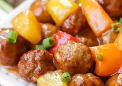 كرات اللحم بصوص الاناناس :- المقادير: - لحم مفروم : 500 غراماً - البيض : 2 حبة - بقسماط : كوب (كعك مطحون) - البصل : 1 حبة (مفروم ناعم) - الزنجبيل : نصف ملعقة صغيرة (مطحون) - ملح : ملعقة صغيرة - فلفل أسود : نصف ملعقة صغيرة - سكر : ملعقتان صغيرتان - أناناس : علبة (مقطع ومصفى من الشراب) - عصير الأناناس : ثلاث أرباع الكوب - الماء : ثلث كوب - الخل : 3 ملاعق كبيرة - الصويا صوص : ملعقة كبيرة - السكر البني : نصف كوب - النشاء : 3 ملاعق كبيرة - الزنجبيل : نصف ملعقة صغيرة (مطحون) - ملح : نصف ملعقة صغيرة - الجزر : 1 حبة (كبير الحجم ومفروم) - الفلفل الأخضر : 1 حبة (كبير الحجم ومفروم) او الوان حسب الرغبة طريقة التحضير: 1. سخني الفرن على حرارة 200 درجة وجهزي صينية الفرن وبطنيها بورق الزبدة. 2. في وعاء اخلطي اللحم المفروم والبيض والكعك المطحون والبصل والزنجبيل المطحون والملح والفلفل الأسود والسكر حتى تمتزج المكونات. 3. شكلي كرات متوسطة الحجم من خليط اللحم وضعيها في الصينية المجهزة وأدخليه الفرن لمدة 15 دقيقة مع التقليب حتى تنشف قليلا كرات اللحم ثم أخرجي الصينية من الفرن واتركيها جانبا. 4. لتحضير الصوص: ضعي عصير الأناناس في قدر على النار المتوسطة ثم أضيفي ⅓ كوب من الماء والخل والصويا صوص والسكر البني وقلبي. 5. أضيفي النشا والزنجبيل المطحون والملح وقلبي حتى يصبح المزيج ناعما بدون كتل. 6. غطي القدر واتركيه على النار حتى يتكاثف الصوص. 7. أضيفي الأناناس المقطع والجزر والفلفل وكرات اللحم وحركي حتى يتغطى المزيج بالصوص. 8. اتركي القدر بدون غطاء على النار لمدة 20 دقيقة ثم اسكبيه وقدميه ساخنا إلى جانب الأرز المفلفل الأبيض.