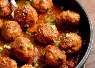 كرات اللحم على الطريقة الآسيوية :- المقادير: - لحم مفروم : 500 غراماً - زيت السمسم : ملعقتان كبيرتان - صلصة أويستر الجاهزة : ملعقتان كبيرتان - زيت الزيتون : ملعقة كبيرة - السمسم : ملعقة كبيرة (محمص) - الصويا صوص : تلت كوب (مقادير الصوص) - العسل : تلت كوب (مقادير الصوص) - خل الأرز : 3 ملاعق كبيرة (مقادير الصوص) - الكاتشاب : ربع كوب (مقادير الصوص) - زيت السمسم : ملعقة كبيرة (مقادير الصوص) طريقة التحضير: 1. اخلطي اللحم المفروم مع زيت السمسم وصلصة الأويستر ثم اصنعي كرات متوسطة الحجم من اللحم. 2. سخني زيت الزيتون في مقلاة وقلبي كرات اللحم حتى تتحمر لمدة 20 دقيقة. 3. في قدر اخلطي مقادير الصوص معا حتى تمترج جيدا. 4. وزعي الصوص فوق كرات اللحم على النار حتى يبدأ المزيج بالغليان والتكاثف. 5. انثري السمسم المحمص وقدميه ساخناً.