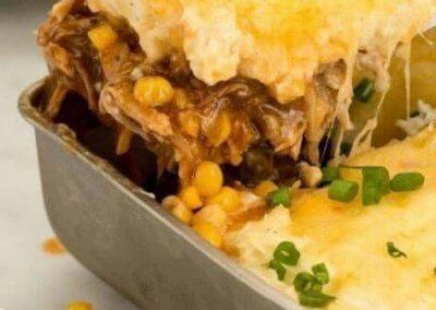 لحم بالباربكيو صوص والبطاطس بالجبن: shepherd's pie المقادير :- - البطاطس : 4 حبات (مقطعة مكعبات صغيرة) - حليب : كوب - الزبدة : ملعقتان كبيرتان - ملح : ملعقة صغيرة - فلفل أسود : نصف ملعقة صغيرة - لحم مفروم : 500 غراماً - البصل : 1 حبة (كبير الحجم ومفروم) - الثوم : فصّان (مهروس) - صلصة الباربيكيو : ثلاث أرباع الكوب - الماسترد : ملعقة كبيرة - السكر البني : ملعقة كبيرة - الذرة : كوب (معلبة) - جبنة شيدر : كوبان (مبشورة) طريقة التحضير : 1. سخني الفرن على حرارة 350 درجة وجهزي طبق الفرن بحجم 9 انش وادهنيه بدهنه بالزبدة. 2. اسلقي البطاطس حتى تنضج وصفيها ثم أضيفي الحليب والزبدة والملح و الفلفل واهرسيها جيدا واتركيها جانبا. 3. في مقلاة عميقة على نار متوسطة اطهي اللحم المفروم حتى يصبح بنيا ثم أضيفي البصل والثوم واتركيه لمدة 5 دقائق حتى ينضج. 4. أضيفي الباربيكيو صوص والماسترد والسكر البني وقلبي. 5. ضعي اللحم في طبق الفرن المجهز ووزعي الذرة فوقه. 6. وزعي البطاطس المهروسة بحرص فوق اللحم والذرة. 7. انثري الجبن فوقه وأدخليه الفرن لمدة 25 دقيقة حتى تتمازج النكهات ويذوب الجبن. 8. قدميه ساخنا إلى جانب طبق من السلطة.
